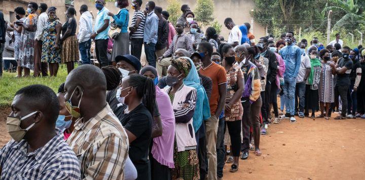Los votantes hacen cola en un colegio electoral en Magere, Uganda.
