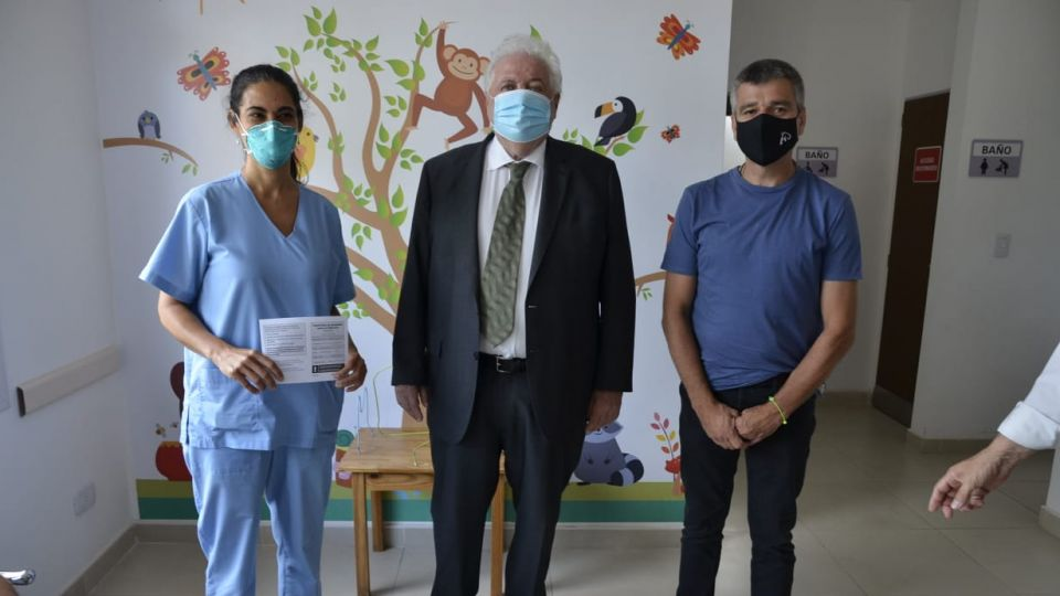 Juan Zabaleta, intendente de Hurlingham, junto a Ginés González García y la primera enfermera en recibir la vacuna de Covid