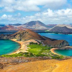 El archipiélago está ubicado en el océano Pacífico ecuatorial oriental, a unos 900 km.del continente americano.
