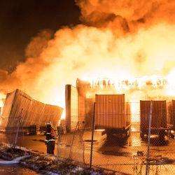 Hamburgo: los bomberos trabajan para extinguir un incendio en un almacén en el distrito de Wilhelmsburg. | Foto:Daniel Bockwoldt / DPA