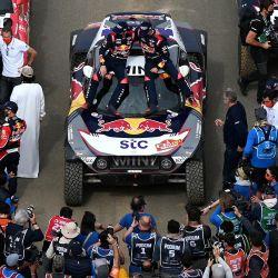 El piloto de Mini Stephane Peterhansel y su copiloto Edouard Boulanger de Francia celebran su victoria tras ganar el Rally Dakar 2021, al final de la última etapa entre Yanbu y Jeddah, Arabia Saudita. | Foto:Franck Fife / AFP