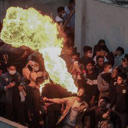 Bangladesh, Dhaka: un hombre de Bangladesh realiza respiración de fuego en una azotea durante el festival Shakrain. | Foto:Zabed Hasnain Chowdhury / ZUMA Wire / DPA