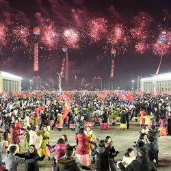 Esta foto fue tomada y publicada por la Agencia Central de Noticias de Corea (KCNA) oficial de Corea del Norte con personas bailando entre fuegos artificiales durante un desfile que celebra el 8 ° Congreso del Partido de los Trabajadores de Corea (WPK) en Pyongyang. | Foto:AFP