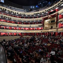 Los espectadores esperan el inicio de una función en el Teatro Real de Madrid. | Foto:Oscar Del Pozo / AFP
