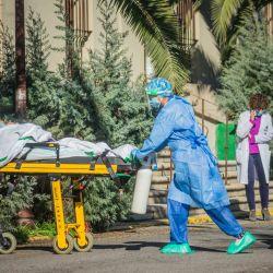 España, Cáceres: Un paciente con coronavirus ingresa en camilla en el Hospital Virgen de la Montaña. Este hospital vuelve a poner en funcionamiento un piso a partir del 11 de enero para la admisión de pacientes de Corona debido al aumento local de las cifras de Coronavirus. | Foto:Javier Caldera / EUROPA PRESS / DPA