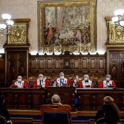 El primer presidente del Tribunal de Apelación de París, Jean-Michel Hayat, se sienta con otros magistrados durante una tradicional  | Foto:Ludovic Marin / AFP