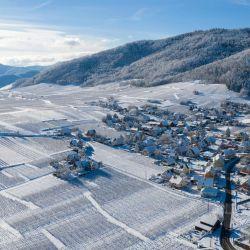 Esta vista aérea muestra el pueblo nevado de Riquewihr, en el este de Francia. | Foto:Sebastien Bozon / AFP