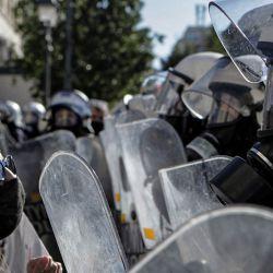 Grecia, Atenas: estudiantes universitarios se pelean con policías durante una protesta contra un proyecto de ley de educación que permitiría la presencia policial en los campus universitarios. | Foto:Aristidis Vafeiadakis / ZUMA Wire / DPA