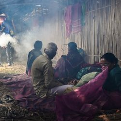Los trabajadores fumigan una tienda temporal de peregrinos como medida preventiva contra el coronavirus Covid-19 durante la fiesta religiosa de Makar Sankranti en la isla Sagar. | Foto:Dibyangshu Sarkar / AFP