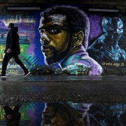 Inglaterra, Londres: un hombre pasa junto a un murual del fallecido actor estadounidense Chadwick Boseman (Black Panther) en Brixton, durante el tercer cierre nacional de Inglaterra para frenar la propagación del coronavirus (COVID-19). | Foto:John Walton / PA Wire / DPA