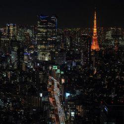El tráfico durante la hora pico y la Torre de Tokio se muestran desde la plataforma de observación Shibuya Sky en Tokio bajo un estado de emergencia por la pandemia del coronavirus Covid-19. | Foto:Philip Fong / AFP