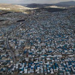 Siria, Atma: una vista aérea tomada con un dron muestra tiendas de campaña de sirios desplazados internos en el campo de refugiados de Atma en la frontera turco-siria. El campamento surgió al comienzo de la Guerra Civil Siria en 2011 y ahora es el hogar de decenas de miles que no pudieron cruzar a Turquía y tuvieron que establecerse en el campamento. | Foto:Anas Alkharboutli / DPA