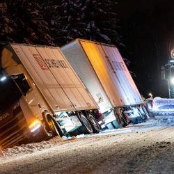 Un quitanieves pasa junto a un camión que terminó en la zanja durante las fuertes nevadas en las afueras de Kristianstad, en el sur de Suecia. | Foto:Johan Nilsson / TT News Agency / AFP