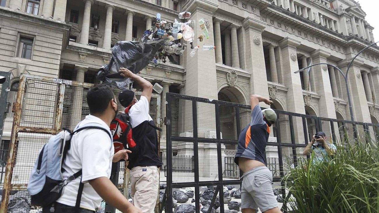 Basurazo en Tribunales contra la Corte Suprema para pedir la libertad de Milagro Sala.