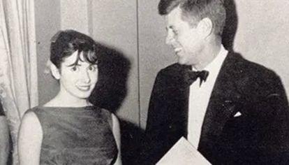 Nancy Pelosi, con 20 años, con John F.Kennedy el día del baile inaugural, el 20 de enero de 1961.