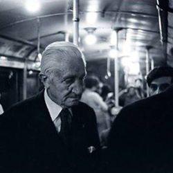 Arturo Umberto Illia en el subte de Buenos Aires