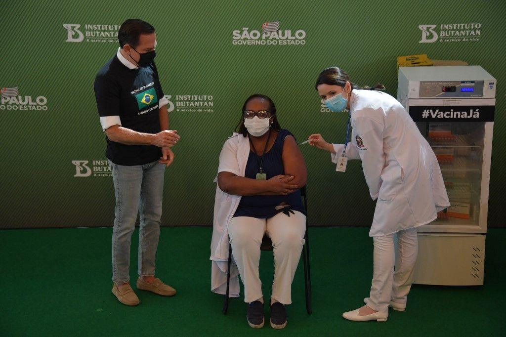 Mônica Calazans, una enfermerade cuidados itensivos del hospital Emilio Ribas, recibió la dosis de la vacuna china CoronaVac