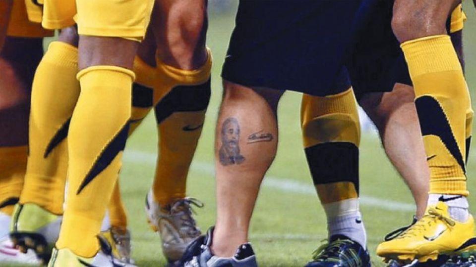 Esbeltas. Los futbolistas tienen las pantorrillas más esbeltas entre todos los atletas. Y tienen que enfundarlas en medias.