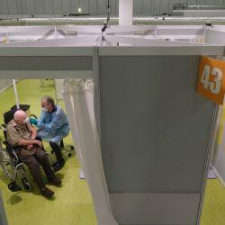 Berlín: Herri Rehfeld (izq.), De 92 años, recibe la vacuna contra el coronavirus (Covid-19) en el centro de vacunación del recinto ferial de Berlín.   Foto:Sean Gallup / Getty Images Europa / Pool / DPA