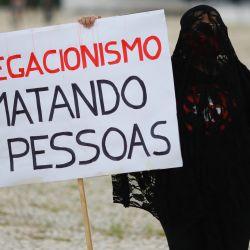 Manifestantes realizan una protesta contra las medidas del presidente de Brasil, Jair Bolsonaro, para enfrentar la pandemia del coronavirus COVID-19, frente al palacio presidencial de Planalto, en Brasilia, Brasil.   Foto:Sergio Lima / AFP