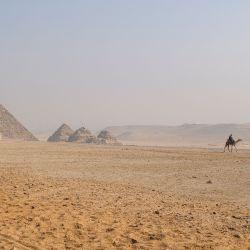 Un entrenador de camellos monta un camello cerca de la Pirámide de Menkaure en la Necrópolis de las Pirámides de Giza en las afueras occidentales de la ciudad gemela de Giza, la capital egipcia.   Foto:Amir Makar / AFP