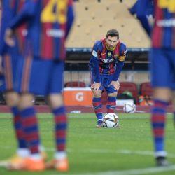 El delantero argentino del Barcelona Lionel Messi se prepara para disparar durante la final de la Supercopa de España entre el FC Barcelona y el Athletic Club de Bilbao en el estadio de La Cartuja de Sevilla.   Foto:Cristina Quicler / AFP