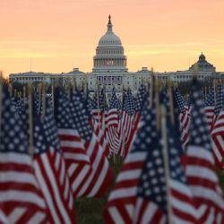 El edificio del Capitolio de EE. UU. Se prepara para las ceremonias inaugurales del presidente electo Joe Biden mientras se colocan banderas estadounidenses en el suelo del National Mall en Washington, DC.   Foto:Joe Raedle / Getty Images / AFP