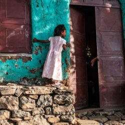 Una niña mira dentro de una casa mientras una persona extiende su mano en la ciudad de Gondar, Etiopía.   Foto:Eduardo Soteras / AFP