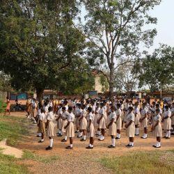 Los estudiantes se reúnen en el recinto escolar el primer día de la reapertura de las escuelas en Accra, Ghana.   Foto:Nipah Dennis / AFP