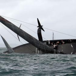 A los American Magic de New York Yacht Club se les negaron sus primeros puntos en la Challenger Series cuando volcó en la segunda carrera después de encontrarse con una ráfaga de viento masiva al entrar en una curva cerrada en el puerto de Waitemata en Auckland.   Foto:Gilles Martin-Raget / AFP