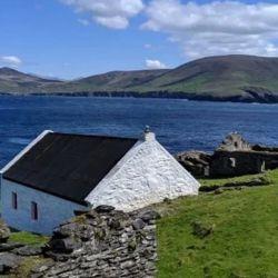Las autoridades de la isla buscan dos cuidadores que se establezcan durante seis meses.
