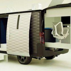 Esta furgoneta se ideó para que integre de manera práctica y armoniosa dos conceptos bien separados como el transporte y el lugar de trabajo.
