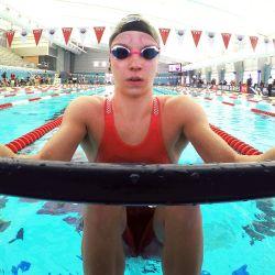 Regan Smith espera en el bloque de salida antes de competir en las eliminatorias femeninas de 100 metros espalda en el cuarto día de la TYR Pro Swim Series en San Antonio, Texas. | Foto:Maddie Meyer / Getty Images / AFP