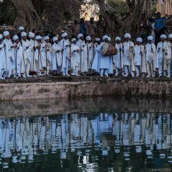 Los sacerdotes cristianos ortodoxos etíopes cantan junto a la piscina de Fasilides Bath durante la celebración de Timkat, la Epifanía de Etiopía, en la ciudad de Gondar, Etiopía. | Foto:Eduardo Soteras / AFP