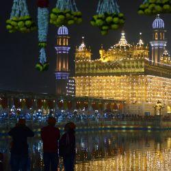 Los devotos visitan el Templo Dorado iluminado en la víspera del aniversario del nacimiento del décimo Guru Sikh Gobind Singh, en Amritsar. | Foto:Narinder Nanu / AFP