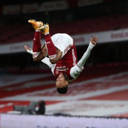 El delantero del Arsenal, Pierre-Emerick Aubameyang, celebra el gol de apertura durante el partido de fútbol de la Premier League inglesa entre el Arsenal y el Newcastle United en el Emirates Stadium de Londres. | Foto:Catherine Ivill / POOL / AFP