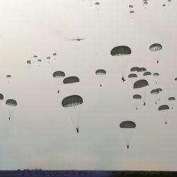 Esta fotografía proporcionada por la oficina del ejército iraní muestra a la infantería aerotransportada o paracaidistas iraníes participando en un ejercicio militar en la región costera de Makran, en el sureste de Irán. | Foto:Oficina del ejército iraní / AFP