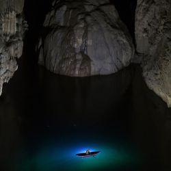 Un visitante participa en un recorrido por la cueva de Son Doong, una de las cuevas naturales más grandes del mundo, en la provincia de Quang Binh, en el centro de Vietnam. | Foto:Nhac Nguyen / AFP