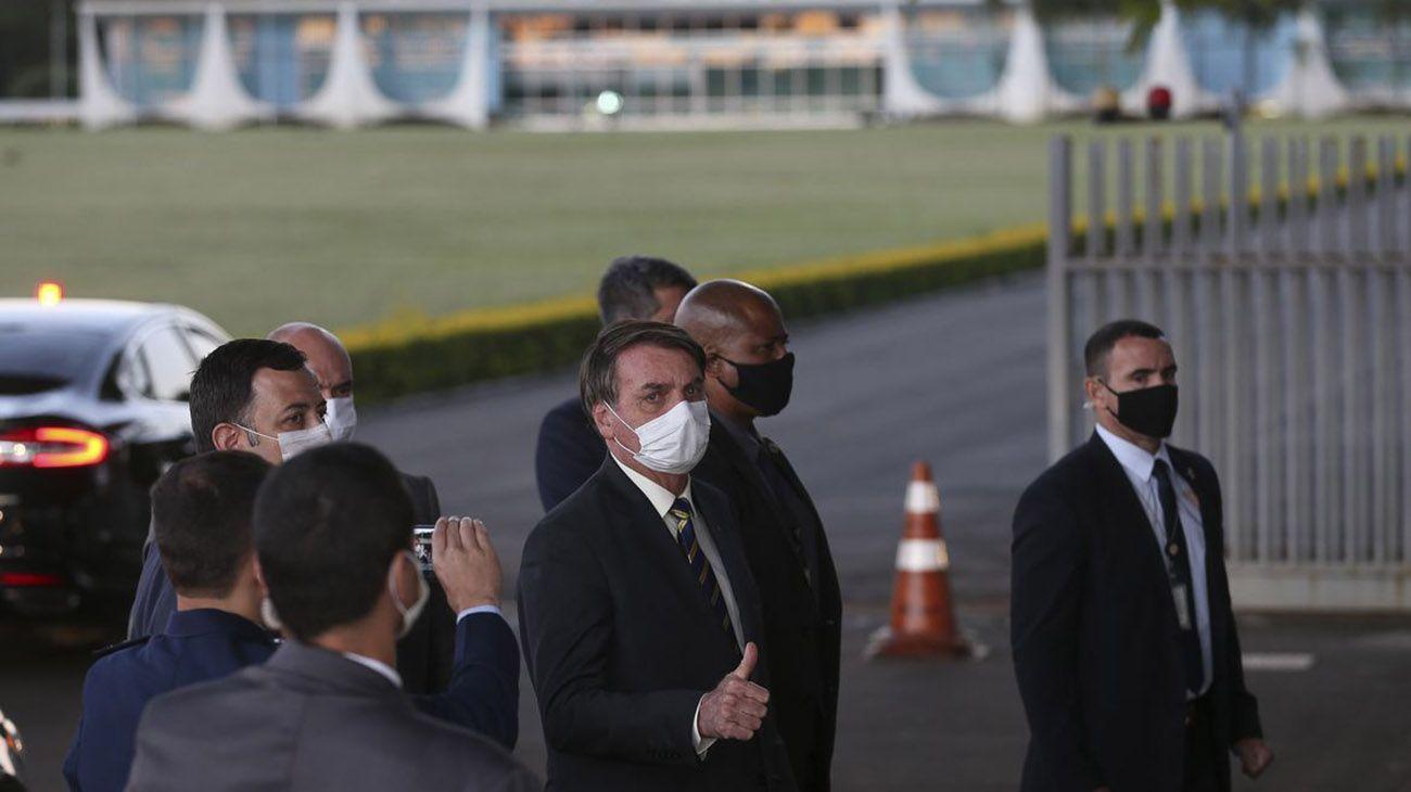 Jair Bolsonaro en las puertas del Palacio de la Alvorada