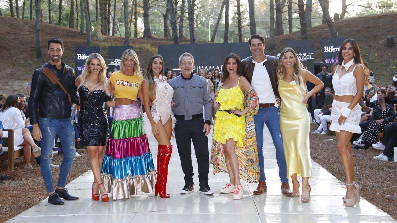 Cierre final del desfile: Guillermo Azar productor general de Pinamar Moda Look, junto a las modelos.