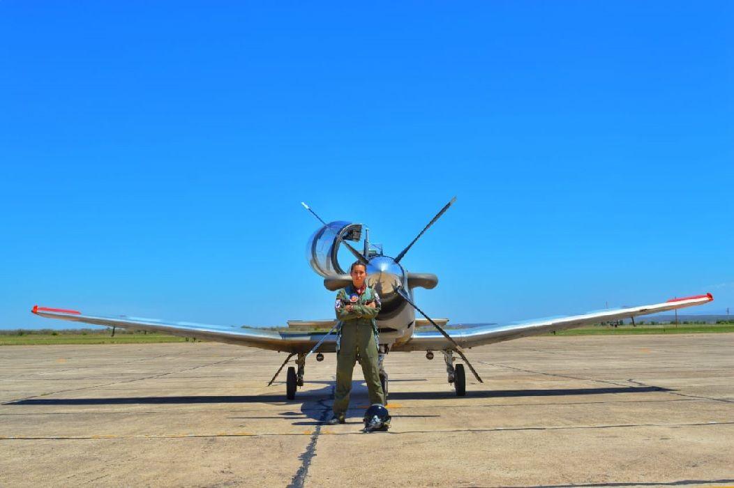La joven alférez cordobesa con su egresó del Curso Básico Conjunto de Aviador Militar obtuvo su condición de aviadora militar.