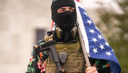 En Salem (Oregon), los Boogaloo Boys -o Libertarios-, rodearon el Capitolio local y armados como miliatares.
