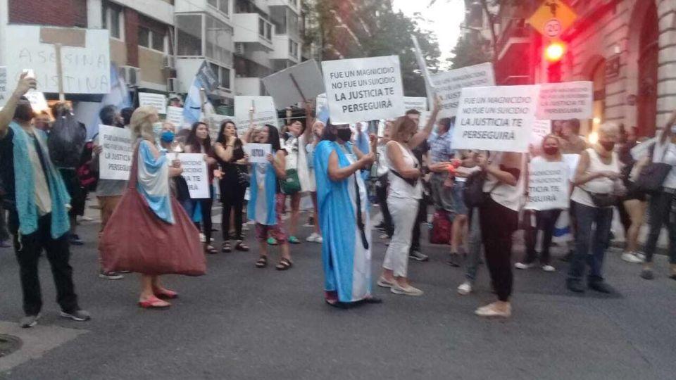 Manifestantes reclamaban por el caso Nisman frente al domicilio de la vicepresidenta Cristina Kirchner.
