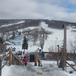 A pocos minutos del centro se levanta el espectacular complejo de nieve complejo invernal Montage Mountain.
