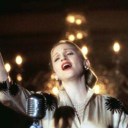 Madonna como Evita en su escena más icónica desde el balcón de la Rosada.