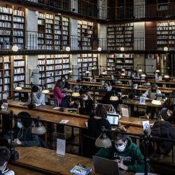 Los estudiantes estudian sentados separados debido al coronavirus, Covid-19, en la biblioteca histórica del Campus Victoire de la Universidad de Burdeos en Burdeos, suroeste de Francia. | Foto:Philippe Lopez / AFP