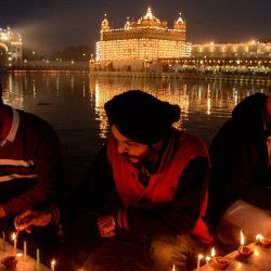 Los devotos sij encienden velas con motivo del aniversario del nacimiento del décimo gurú sij Gobind Singh, en el iluminado Templo Dorado de Amritsar. | Foto:Narinder Nanu / AFP