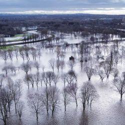 Una vista aérea muestra el campo de golf de Withington que se encuentra sumergido y actúa como una llanura aluvial cuando el río Mersey se desbordó en Didsbury, noroeste de Inglaterra. | Foto:Paul Ellis / AFP