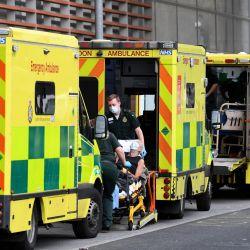 Los paramédicos sacan a un paciente de su ambulancia y lo llevan al Royal London Hospital en el este de Londres. - La tasa de mortalidad por coronavirus en Gran Bretaña ha aumentado casi un 15 por ciento durante la semana pasada, ya que las crecientes tasas de infección a lo largo de diciembre se han sumado al aumento del hospital admisiones y defunciones. | Foto:Daniel Leal-Olivas / AFP