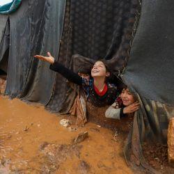 Los niños juegan en el campamento para desplazados de Umm Jurn, cerca de la aldea de Kafr Uruq, en la provincia de Idlib, en el norte de Siria, controlada por los rebeldes. | Foto:Abdulaziz Ketaz / AFP